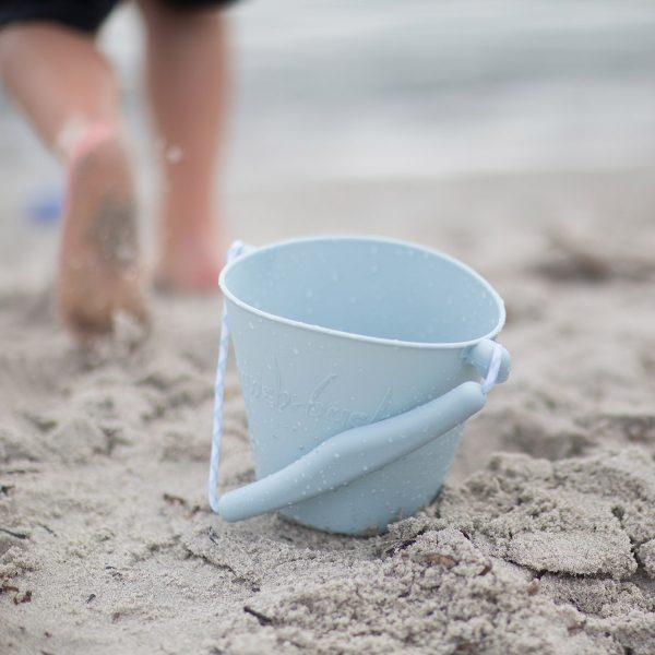 Balde Azul em Silicone da Scrunch para levar para a praia.