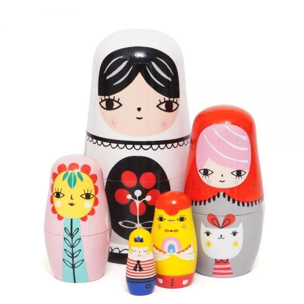 Em colaboração com Suzy Utlman, a Petit Monkey criou estes felizes bonecos Fleur e Amigos. Alguns dos personagens da família de madeira da Suzy. As bonecas Petit Monkey também são uma decoração linda para os quartinhos.